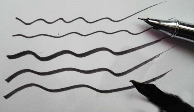 不同大小的钢笔笔尖书写出来的线条